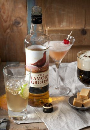 fles famous grouse en glazen cocktails en karamelblokken