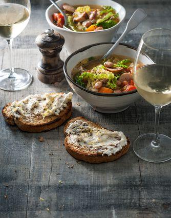 Italiaanse maatlijdsoep met toast en glazen wijn