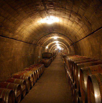 Een wijnkelder met vaten wijn