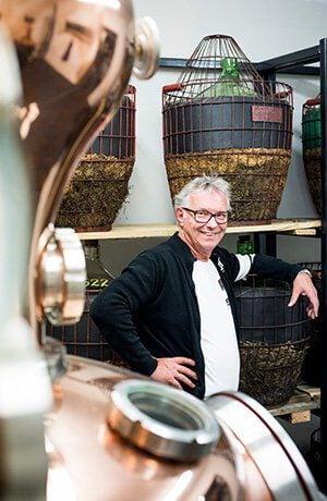 Een man bij de Distilleerderij