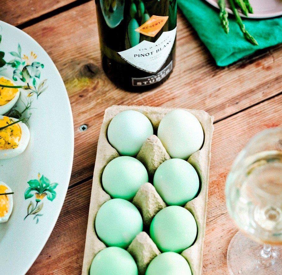 gedekte paastafel met groene eieren