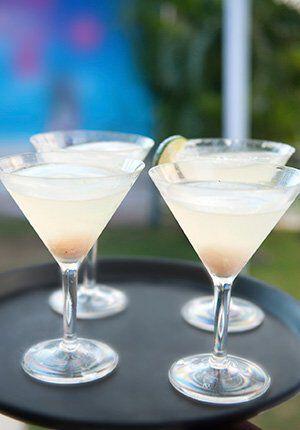 vier glazen met cocktail white lady
