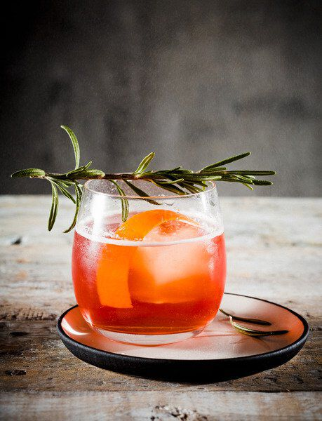 afbeelding van een glas gevuld met Sangria, met een rozemarijntakje