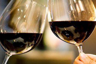 proostende rode wijn glazen