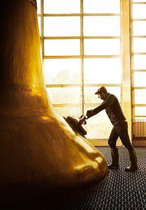 man bij cognac destilleerderij