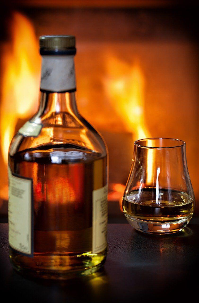 whisky bij open haard