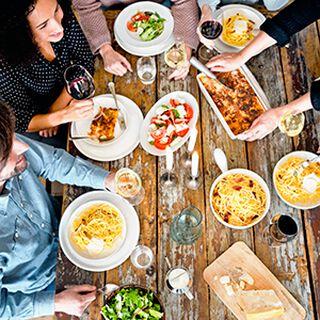 Een tafel vol dinerende mensen