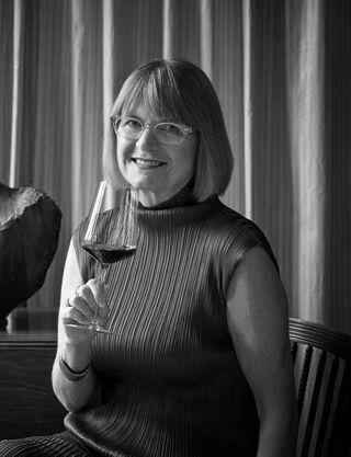 jancis robinson met een glas wijn