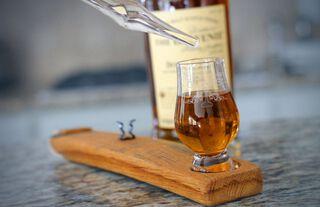 whisy glas in houten houder met water pipet