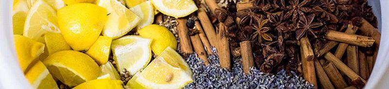 Een foto van alle soorten kruiden en citroentjes