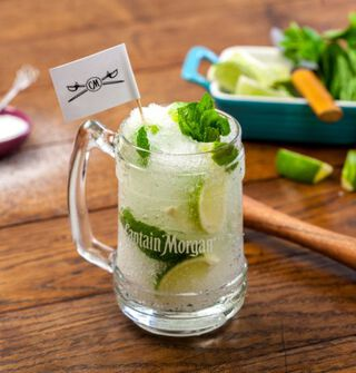 Een cocktails met captain morgan white