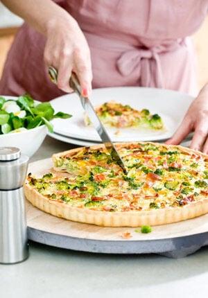 hartige taart met broccoli en gele paprika op een bord