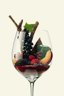 Glas wijn geuld met verse rode vruchten en kruiden