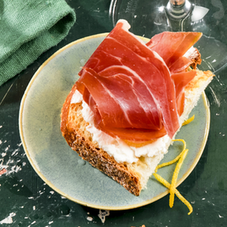 Een toastje met rauwe ham en ricotta
