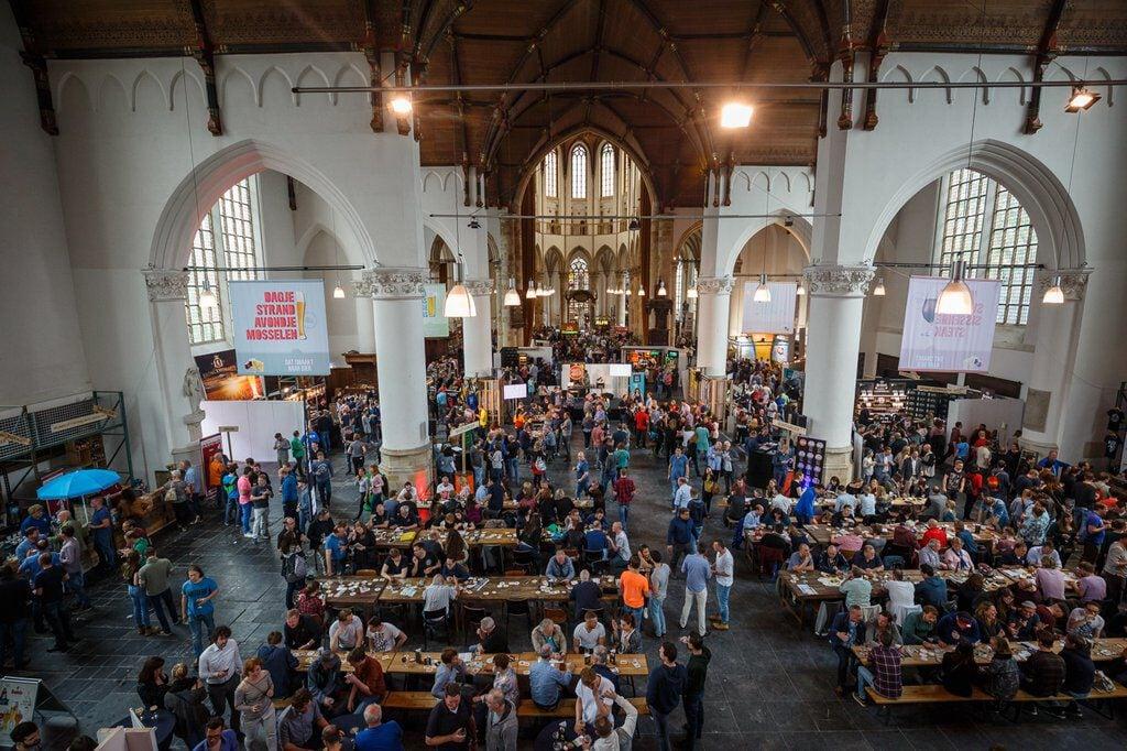 kerk vol mensen