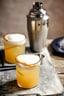 tweemaal whisky sour in glas, en shaker