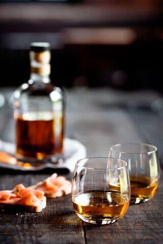 Blended whiskey ingeschonken glazen.jpg