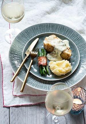 kabeljauw op een bord met een glas wijn