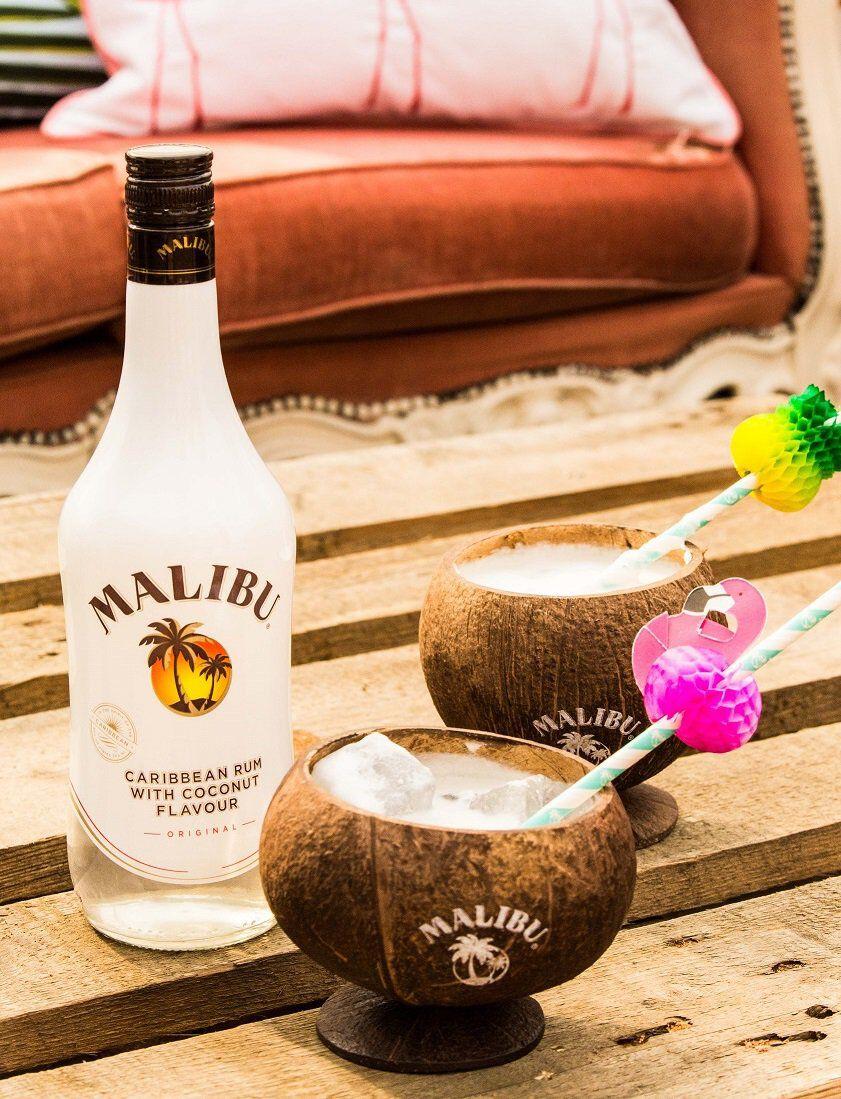 Malibu in kokosnoten geserveerd