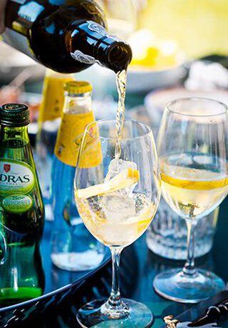 Een glas tonic met port en een schijfje citroen
