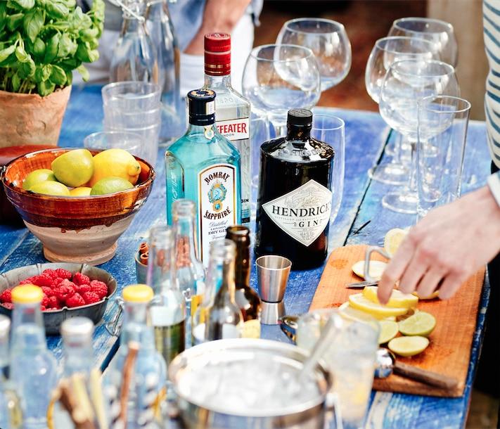 gin tonics ingeschonken glazen