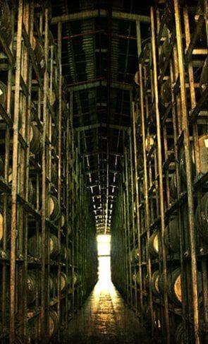 Een opslagruimte waar allerlei vaten met rum liggen opgeslagen