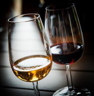Rode en witte port ingeschonken in glas