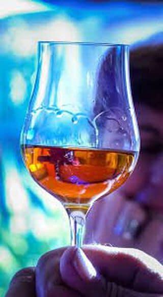 cognacglas in hand