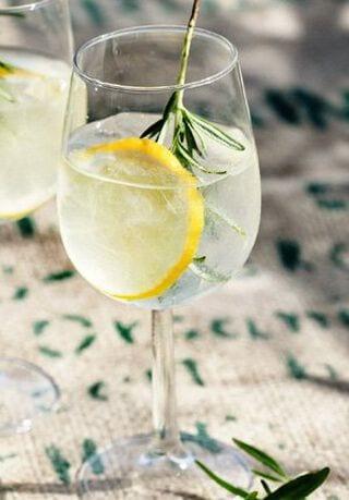 Gin tonic met citroen en rozemarijn