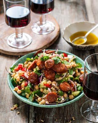 bulgur chorizo salade met glas rode wijn