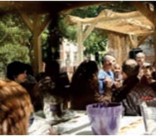 restaurant met tafel en mensen
