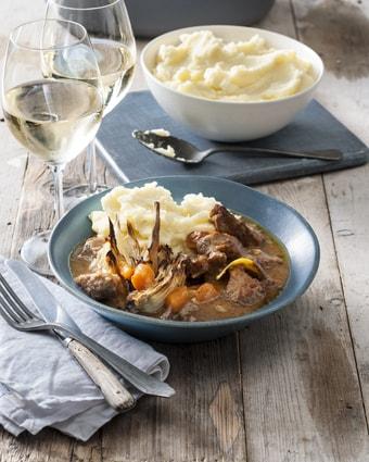 Een bord met kalfvlees in witte wijn saus