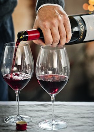 Twee ingeschonken glazen rode wijn