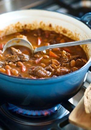 gietijzeren pan met chili con carne