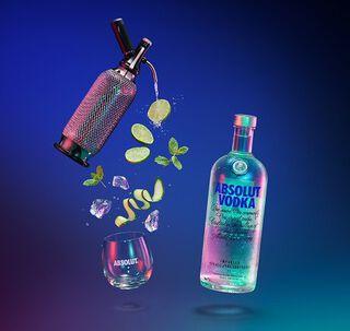 Een fles Absolut Vodka met een spuitfles ernaast