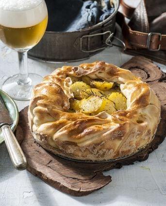 Een bladerdeeg taart met prei en aardappels
