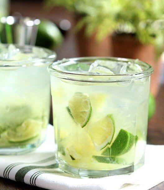 de virgin caipirinha in een glas met ijsklontjes en gesneden limoentjes