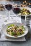 Een bord met salade en eendenborst