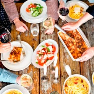 Een tafel voor met Italiaanse gerechten