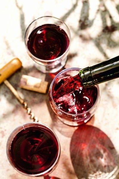 die ingeschonken glazen rode wijn