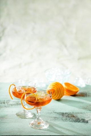 Glaasjes gevuld met Rum en sinaasappelschilletjes