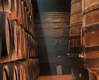 wijnvaten in kelder