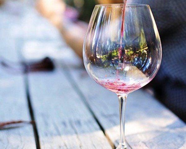 leeg glas rode wijn