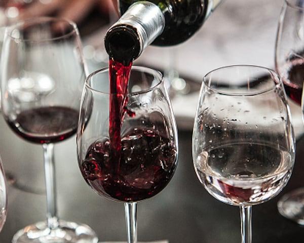 ingeschonken glas rode wijn