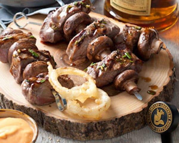 Spies met biefstuk, champignons en gefrituurde uienringen