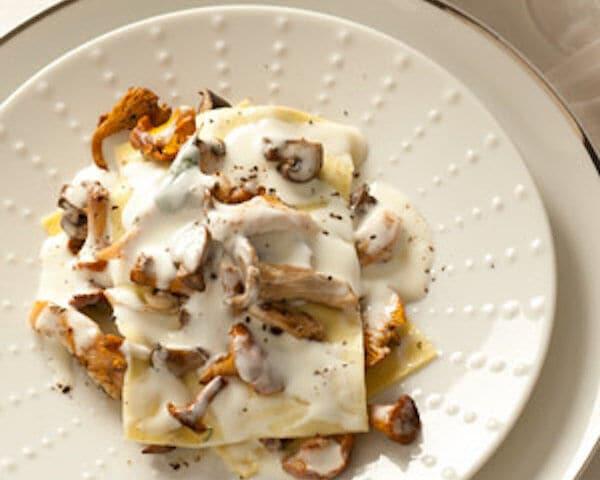 Lasagne met paddenstoelen, salie en krokante kalkoen