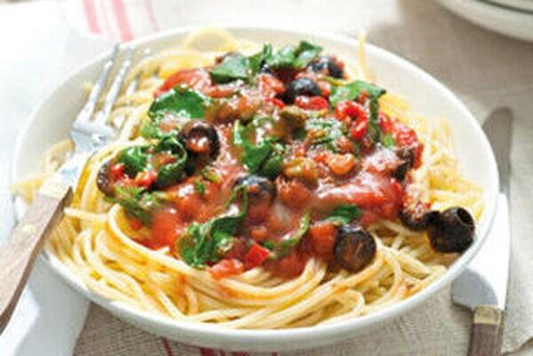 Spaghetti alla puttanesca met spinazie