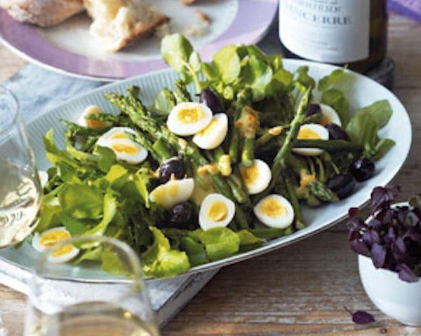 Waterkerssalade met asperges en kwartelei