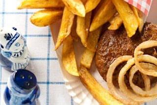 Zelfgebakken patat met satéburger