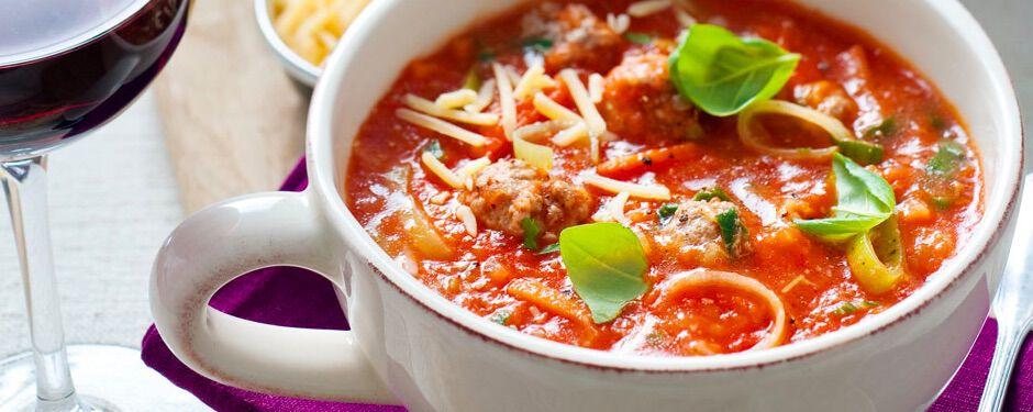 Rijke tomatensoep met gehaktballetjes